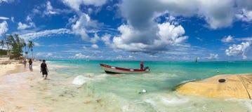 Κόλπος παραδείσου με τα κύματα, τη βάρκα και το μπλε ουρανό στοκ εικόνες με δικαίωμα ελεύθερης χρήσης