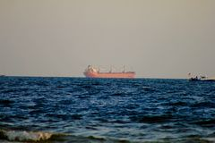Κόλπος του Μεξικού κοντά στο σκάφος εμπορευματοκιβωτίων φορτίου ηλιοβασιλέματος στοκ εικόνες