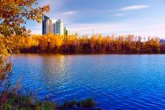 Κόλπος φθινοπώρου του ποταμού Angara στο κέντρο της πόλης του Ιρκούτσκ Στοκ Εικόνες