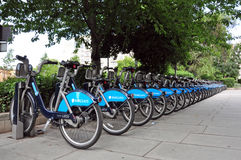 Κόλπος χώρων στάθμευσης ενοικιαζόμενων ποδηλάτων Λονδίνο Στοκ φωτογραφία με δικαίωμα ελεύθερης χρήσης
