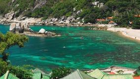 Κόλπος Tanote την ηλιόλουστη ημέρα Κυματισμένο ωκεάνιο νερό πέρα από την κοραλλιογενή ύφαλο beautiffull Μαύρισμα τουριστών στην π απόθεμα βίντεο