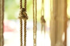 Κόμβος σε ένα κάθετα ανασταλμένο σχοινί ενάντια σε μια θερμή θερινή ημέρα, εκλεκτική εστίαση Στοκ φωτογραφία με δικαίωμα ελεύθερης χρήσης