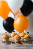 Κόμμα αποκριών cupcakes ή muffins στον πίνακα Στοκ εικόνες με δικαίωμα ελεύθερης χρήσης