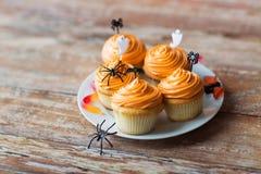 Κόμμα αποκριών cupcakes ή muffins στον πίνακα Στοκ Εικόνες