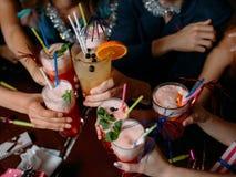 Κόμμα εορτασμού Χριστουγέννων με τα ποτά στοκ φωτογραφία