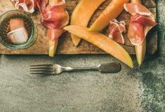 Κόμμα θερινού κρασιού που τίθεται με το ροδαλό κρασί, ζαμπόν prosciutto, πεπόνι Στοκ Εικόνες