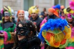 Κόμμα καρναβαλιού Ευτυχείς άνθρωποι με τις παραδοσιακές μάσκες, τα κοστούμια και το χρωματισμένο πρόσωπο Στοκ Εικόνες
