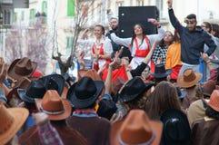 Κόμμα καρναβαλιού Ευτυχείς άνθρωποι με τις παραδοσιακές μάσκες, τα κοστούμια και το χρωματισμένο πρόσωπο Στοκ Εικόνα