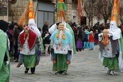 Κόμμα καρναβαλιού Ευτυχείς άνθρωποι με τις παραδοσιακές μάσκες, τα κοστούμια και το χρωματισμένο πρόσωπο Στοκ Φωτογραφία
