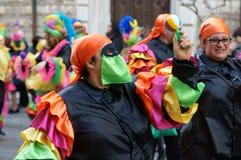 Κόμμα καρναβαλιού Ευτυχείς άνθρωποι με τις παραδοσιακές μάσκες, τα κοστούμια και το χρωματισμένο πρόσωπο Στοκ εικόνα με δικαίωμα ελεύθερης χρήσης