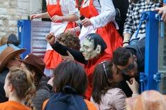 Κόμμα καρναβαλιού Ευτυχείς άνθρωποι με τις παραδοσιακές μάσκες, τα κοστούμια και το χρωματισμένο πρόσωπο Στοκ φωτογραφία με δικαίωμα ελεύθερης χρήσης