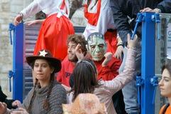 Κόμμα καρναβαλιού Ευτυχείς άνθρωποι με τις παραδοσιακές μάσκες, τα κοστούμια και το χρωματισμένο πρόσωπο Στοκ φωτογραφίες με δικαίωμα ελεύθερης χρήσης
