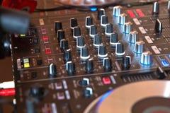 Κόμμα λεσχών θαλάμων του DJ τη νύχτα για τη μίξη μουσικής στοκ εικόνα με δικαίωμα ελεύθερης χρήσης