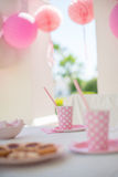 Κόμμα με την οικογένεια για τα γενέθλια του μικρού κοριτσιού Στοκ εικόνες με δικαίωμα ελεύθερης χρήσης
