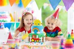 Κόμμα παιδιών Κέικ γενεθλίων με τα κεριά για το παιδί Στοκ Φωτογραφία
