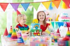 Κόμμα παιδιών Κέικ γενεθλίων με τα κεριά για το παιδί Στοκ εικόνες με δικαίωμα ελεύθερης χρήσης