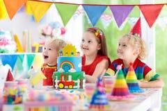 Κόμμα παιδιών Κέικ γενεθλίων με τα κεριά για το παιδί Στοκ εικόνα με δικαίωμα ελεύθερης χρήσης