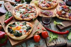 Κόμμα πιτσών Μικρές σπιτικές αγροτικές πίτσες με τα αυγά, σπανάκι, sa Στοκ εικόνες με δικαίωμα ελεύθερης χρήσης