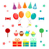 Κόμμα που τίθεται με τα μπαλόνια, καπέλο, καραμέλες και cupcakes Στοκ Εικόνες