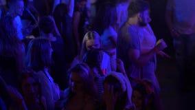 Κόμμα σε ένα νυχτερινό κέντρο διασκέδασης το καλοκαίρι απόθεμα βίντεο
