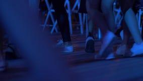 Κόμμα σε ένα νυχτερινό κέντρο διασκέδασης το καλοκαίρι φιλμ μικρού μήκους