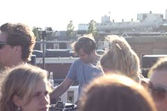 Κόμμα στεγών του Άμστερνταμ με το σύνολο του DJ στοκ εικόνες