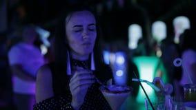 Κόμμα στην οδό Κορίτσι που χορεύει στο πλήθος σε ένα υπαίθριο disco Τα χορεύοντας κορίτσια σε ένα disco απόθεμα βίντεο