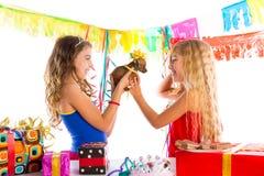 Κόμμα φίλων κοριτσιών που διεγείρεται με το σκυλί κουταβιών παρόν Στοκ Φωτογραφία