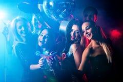 Κόμμα χορού με τους ανθρώπους ομάδας που χορεύουν και τη σφαίρα disco Στοκ Εικόνα