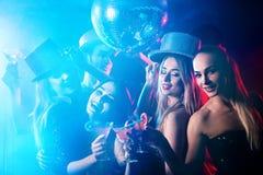 Κόμμα χορού με τους ανθρώπους ομάδας που χορεύουν και τη σφαίρα disco Στοκ Εικόνες