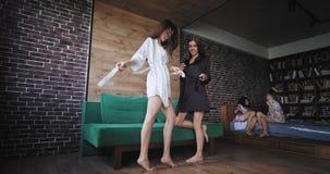Κόμμα Bachelorette στο πρωί στις κυρίες πυτζαμών που απολαμβάνουν το χρόνο μαζί σε ένα μεγάλο ευρύχωρο στούντιο καθιστικών απόθεμα βίντεο