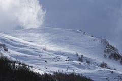 Κόμμα Roped στο χιονώδη και θυελλώδη λόφο στοκ εικόνα
