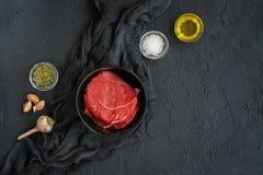Κόντρα φιλέτο βόειου κρέατος στο skillet σιδήρου Στοκ Εικόνα