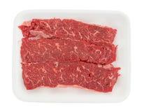 Κόντρα φιλέτο οσφυϊκών χωρών βόειου κρέατος που ψήνει τις άκρες σε έναν άσπρο δίσκο αφρού στη σχάρα Στοκ Εικόνες