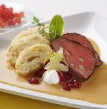 Κόντρα φιλέτο του βόειου κρέατος με τη σάλτσα και τις μπουλέττες κρέμας στοκ εικόνες