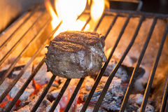 Κόντρα φιλέτο βόειου κρέατος που ψήνεται στη σχάρα Στοκ φωτογραφία με δικαίωμα ελεύθερης χρήσης