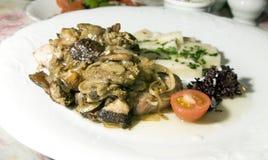 Κόντρα φιλέτο χοιρινού κρέατος που μαγειρεύεται με τα τοπικά εποχιακά κρεμμύδια στίλβωση μανιταριών Στοκ εικόνα με δικαίωμα ελεύθερης χρήσης
