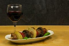 Κόντρα φιλέτο shashlik και ένα ποτήρι του κρασιού Στοκ Εικόνες