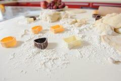 Κόπτες μπισκότων για τα μπισκότα ψησίματος Στοκ φωτογραφία με δικαίωμα ελεύθερης χρήσης