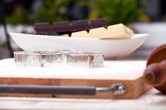 Κόπτες μπισκότων και άσπρο και σκοτεινό κάλυμμα Στοκ εικόνες με δικαίωμα ελεύθερης χρήσης