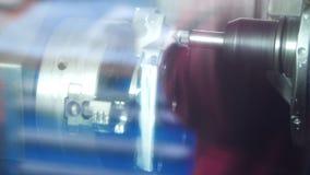 Κόπτης τόρνου που κάνει την ακριβή λείανση του κομματιού προς κατεργασία Εξοπλισμός για τον τόρνο στο μέταλλο απόθεμα βίντεο