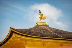Κόρακας πάνω από το χρυσό ναό περίπτερων στοκ φωτογραφία με δικαίωμα ελεύθερης χρήσης