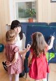 κόρες η διδασκαλία μητέρων της Στοκ Φωτογραφίες