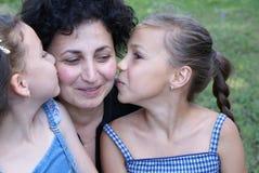 κόρες που φιλούν τη μητέρα Στοκ Φωτογραφίες