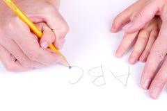 κόρη αλφάβητου που βοηθά τη μητέρα να γράψει Στοκ Εικόνα