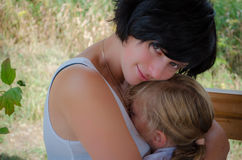 κόρη αυτή που αγκαλιάζει Στοκ εικόνα με δικαίωμα ελεύθερης χρήσης