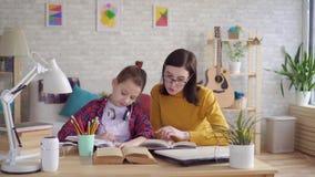 Κόρη βοηθειών Mom για να κάνει την εργασία απόθεμα βίντεο