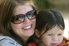 κόρη η εκμετάλλευσή της mom Στοκ φωτογραφία με δικαίωμα ελεύθερης χρήσης