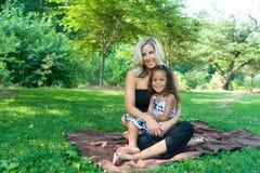 κόρη η μικτή φυλή μητέρων της στοκ φωτογραφία με δικαίωμα ελεύθερης χρήσης