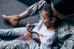 Κόρη και θηλυκός στρατιώτης Στοκ Εικόνες